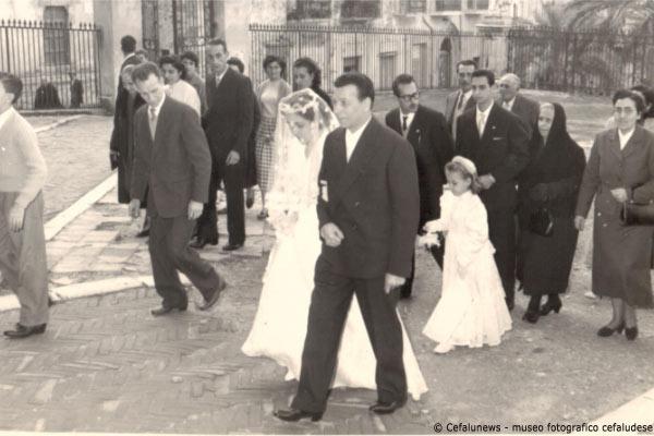 """1963 Cattedrale di Cefalù Giuseppe Glorioso """"u principi"""" accompagna all'altare la figlia Pina"""
