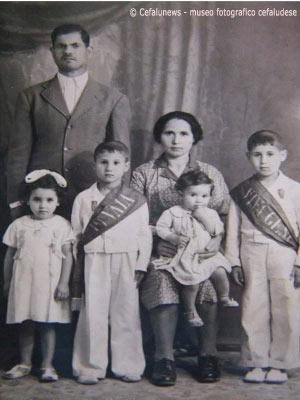 1946 Giovanna Cafiero ed il marito Lorenzo Liberto in occasione della prima Comunione dei figli Carmelo e Nino. Da sx - Carmelo, Valentino in braccio alla mamma, Nino ed Ina