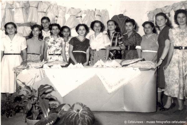 """1960 al centro della foto Pina Glorioso """"principi"""" con altre amiche Cifalutane nel laboratorio sartoria dove andavano ad imparare il mestiere di sarta"""