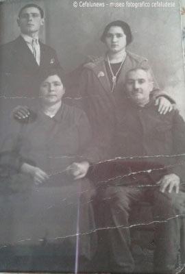 Giovanna Cafiero ed il marito Lorenzo Liberto in posa dal fotografo con i genitori di Giovanna - Antonino ed Augusta Cafiero