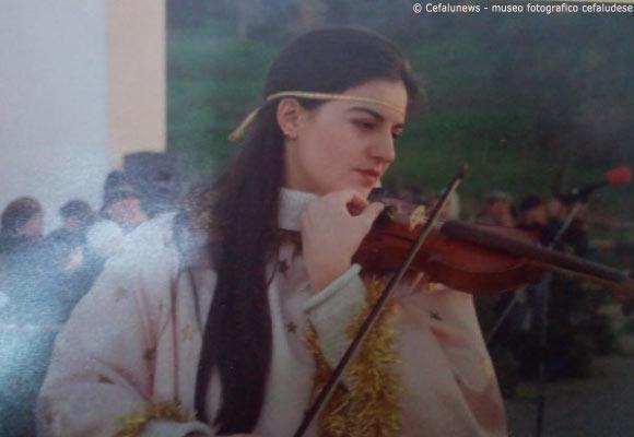 1997 Cefalù-Presepe vivente in contrada Guarneri . Maria Elisa vestita da angelo suona il violino