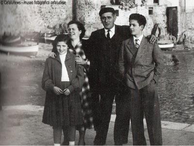 1956: la famiglia Cicero alla Marina di Cefalù. Da sinistra Nunziella, mamma Annetta, papà Pasquale e Salvuccio