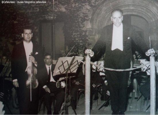 1964: a sinistra Salvuccio con il maestro Ottavio Ziino a Palermo nell'Atrio del palazzo Abatellis