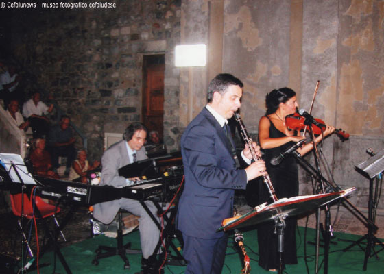 Piazza F. Crispi Cefalù- Maria Elisa al violino - il M° Totuccio Curreri alla tastiera