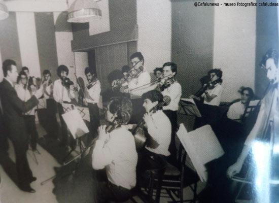 1982 -luglio- Giovani Cameristi Siciliani prima della partenza per la rassegna internazionale di Orchestra giovanili al Teatro lirico di Milano