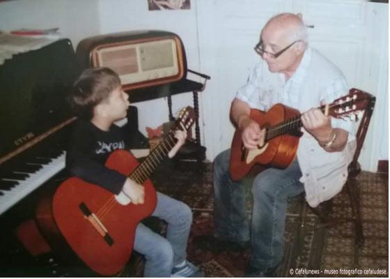 Il piccolo Marco figlio di Maria Elisa con nonno Salvatore