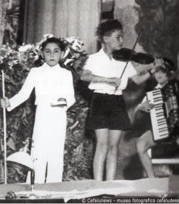 1948: Cefalù, festa chiusura dell'anno scolastico. Salvuccio Cicero incanta i presenti con il suo inseparabile violino