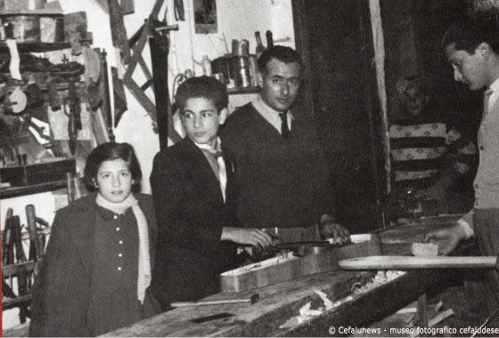 1952 Salvuccio Cicero nella falegnameria del papà in Via Veterani. Da sinistra la sorella Nunziella, Salvuccio ed il papà Pasquale