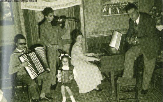 1954. Da sinistra Giuseppe Ilardo, Salvo Cicero, Rosetta Provenza e Sarina Cassata. Appoggiato al piano il papà di Salvuccio, Pasquale Cicero, con il mandolino