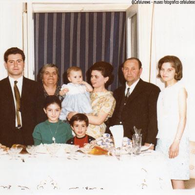 Ritratto della famiglia Forte - da dx la figlia Rosa- Peppe Forte - la nuora- il figlio Pietro ed i nipoti