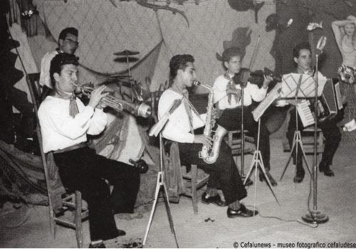 1956. L'orchestra cefalutana «Rainbow». Da destra A. Battaglia fisarmonica, Salvo Cicero violino, Pippo Bonomo sax, Vincenzo Di Francesca batteria, Enzo Culotta alla tromba