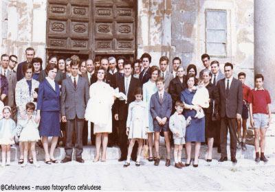 Famiglia Forte in una foto ricordo davanti il portone della Cattedrale il giorno del battesimo di un nipotino