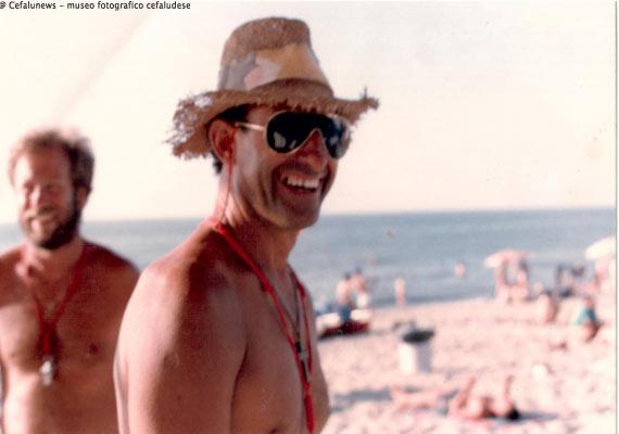 Giuseppe Perito sul lungomare di Cefalù nelle vesti di bagnino della Cooperativa Nettuno, dietro di lui Franco Fertitta