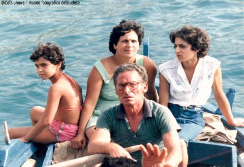 """Gianni Cefalù con le figlie Rosa , Graziella , la nipote, spettatori della Ntinna a mari sulla sua barchetta """"uzzarieddu"""""""