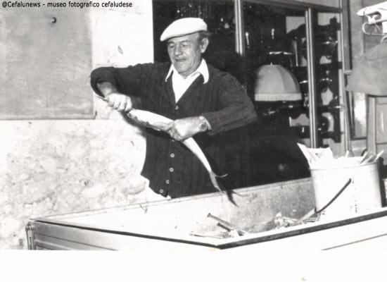 1978 Santo Aquia vende il pesce a Castelbuono con la sua ape a tre ruote