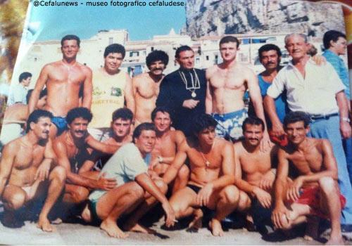 1985 Santo Aquia che partecipava alla Ntinna a mari come spettatore ogni anno dopo aver smesso di gareggiare in una foto ricordo con gli Ntinnari