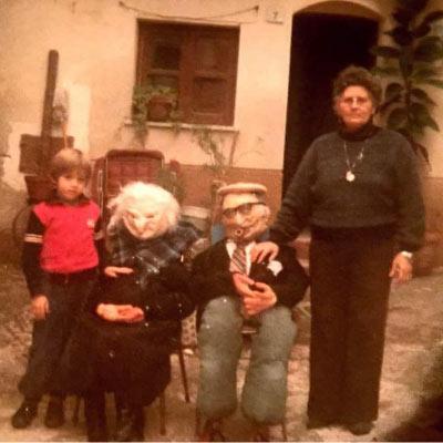 """Carnevale 1986 nonna Marietta nel Cortile Padre Camillo con i suoi """"NANNI"""" ed il nipotino Francesco Di Vincenzo a cui inculcò la tradizione delle feste ."""