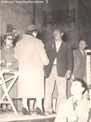 1955 la giovanissima studentessa universitaria Dora Vazzana premia l'eroe del mare Gianni Cefalù che il 1° marzo 1951 insieme ad altri 6 pescatori salvarono da sicura morte 5 pescatori palermitani fuori le acque della Calura