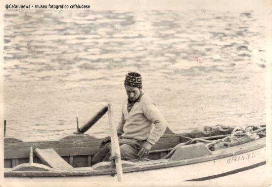 """1965 Gianni Cefalù con la sua barchetta """"uzzarieddu"""" alla marina di Cefalù"""