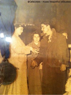 1955 La giovane Franca Agnello allora studentessa universitaria premia Santo Aquia per il salvataggio dell'1 marzo 1951