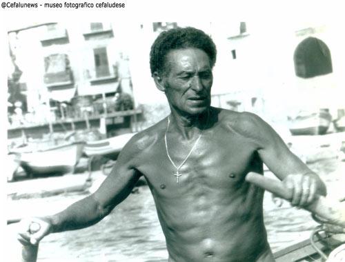 """1978 Gianni Cefalù voga con il suo """"uzzarieddu"""" alla marina"""