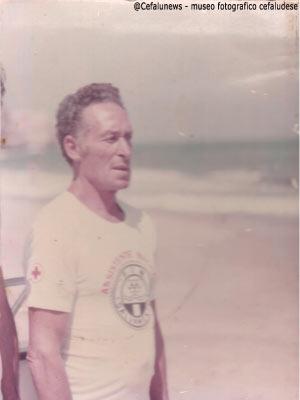 1980 Gianni Cefalù nelle sue mansioni di bagnino al lungomare di Cefalù