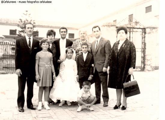 1965 Santo Aquia in cattedrale nel giorno della cresima dei figli: Rosa Maria e Salvatore. I padrini Paolo Brunetti e Grazia Serio