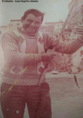 """Vanni Scorsone al molo di Cefalù con la canna """"cimietta"""" da pesca . La marina per Vanni era la sua vita"""