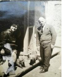 1965 Peppino e Giannina con i loro amati animali davanti l'uscio del negozio di armeria di Corso Ruggero accanto all'edicola votiva dell'Ecce Homo