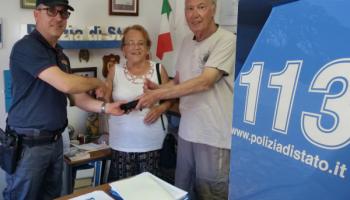 Coppia di turisti perde portafoglio: trovato dai poliziotti