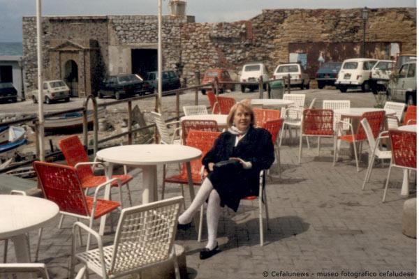 1980 -Laura Frezza al Bar del molo di Cefalù