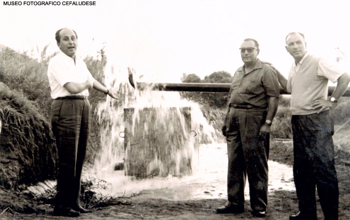 1960: posa della prima pietra per la costruzione dell'hotel Costa verde. A destra Peppino De Gaetani
