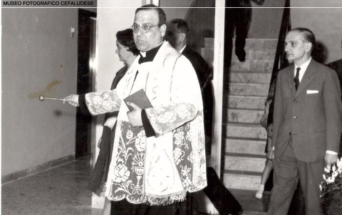1961: Inaugurazione dell'hotel Santa Lucia. Nella foto l'abbate Cosimo Cicero benedice i locali