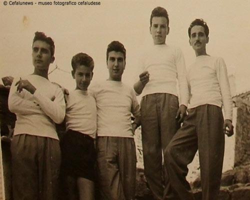 1954 Angelòo Battaglia 1° a dx con alcuni amici anche loro con la passione della musica . Nel 3° ragazzo si riconosce l'amico barbiere Culotta