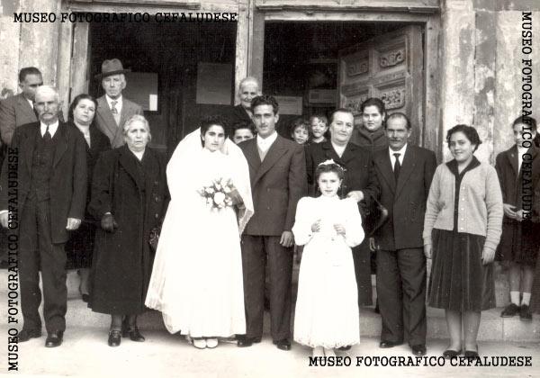 1955- Matrimonio di Vincenzo e Angela. In posa con amici e parenti davanti alla Cattedrale.