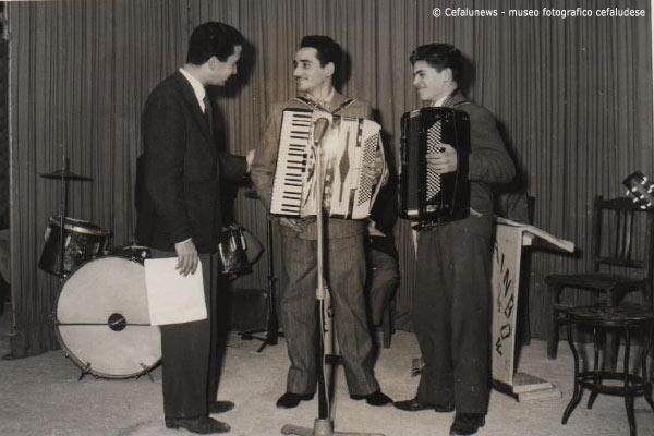 Angelo Battaglia al centro della foto con la sua fisarmonica