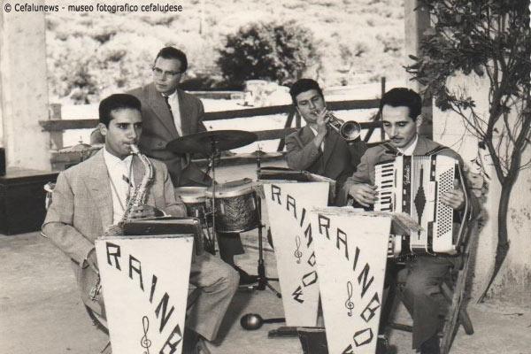 Angelo Battaglia il 1° a dx con la fisarmonica