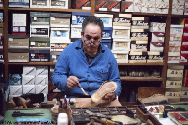 1982 Angelo Battaglia nel suo laboratorio in seguito adibito anche a vendita di scarpe