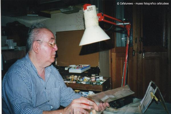 Angelo battaglia nella sua passione di pittura . passione che scoprì in tarda età